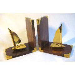 Maritime Buchstützen aus Holz/Messing mit Segelyacht