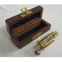 ** Sturmfeuerzeug aus Messing mit Lederriemen in Holzbox