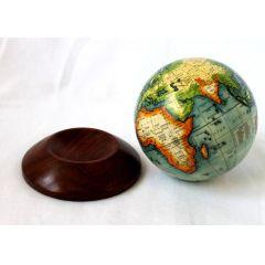 **Kleiner Globus auf Holzsockel