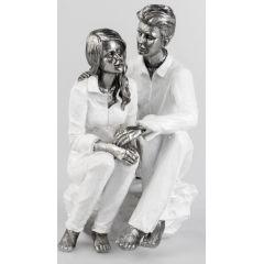 formano Skulptur Paar auf einem Stein sitzend in Weiß Silber, 26 cm
