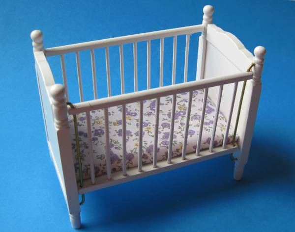 kinderbett weiss mit matratze puppenhausm bel 1 12 miniatur kinderzimmer wossiland. Black Bedroom Furniture Sets. Home Design Ideas
