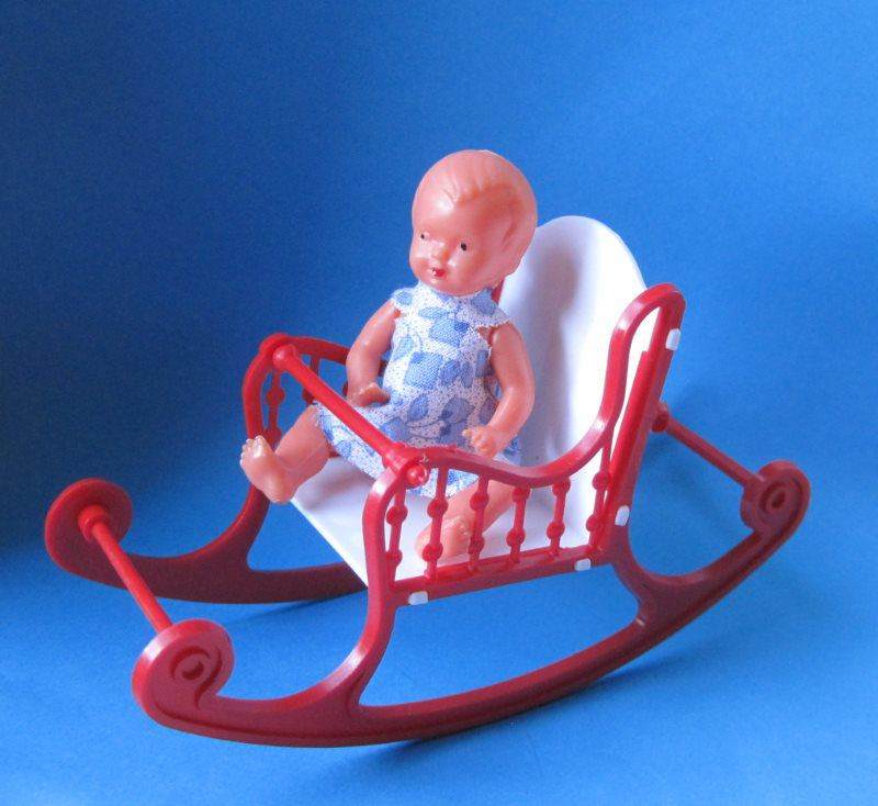 Schaukelstuhl klein rot mit puppe puppenhausm bel schwenk for Schaukelstuhl baby