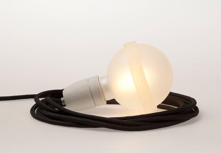 schwarze lampe legelampe mit schwarzem textilkabel lampen leuchten wohnen tischlerei kloepfer. Black Bedroom Furniture Sets. Home Design Ideas