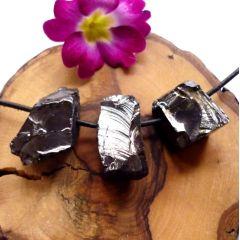 Edelshungit, Edel-Schungit Rohstein seitlich gebohrt