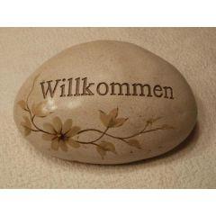 Deko-Stein mit dem Aufdruck WILLKOMMEN und Blumenmuster