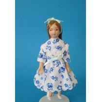 Mädchen im blau geblümten Kleid für Puppenhaus Miniaturen 1:12