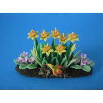 Narzissen, Primeln und Vogel im Blumenbeet Frühlingsblumen Puppenhaus Dekoration Miniatur 1:12