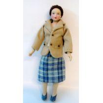 Puppe Maedchen Frau im Kostüm für die Puppenstube Miniatur 1:12