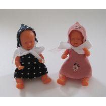 Puppe mit Kapuze 6 cm für die Puppenstube Miniatur 1:12 Schwenk