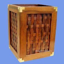 **Rustikaler Papierkorb aus Holz und Messing