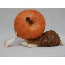 Deko-Igel mit einem Apfel