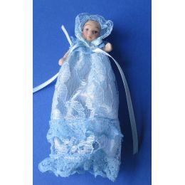 Baby in hellblauen Taufkleid  Puppe für Puppenhaus Miniaturen 1:12