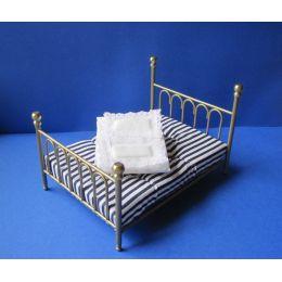 Doppelbett Metall goldfarben mit Matratze und Bettwäsche  Puppenhausmoebel  Miniaturen 1:12