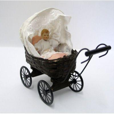 puppenhaus puppenwagen geflochten mit puppe und kissen dekoration miniaturen 1 12. Black Bedroom Furniture Sets. Home Design Ideas